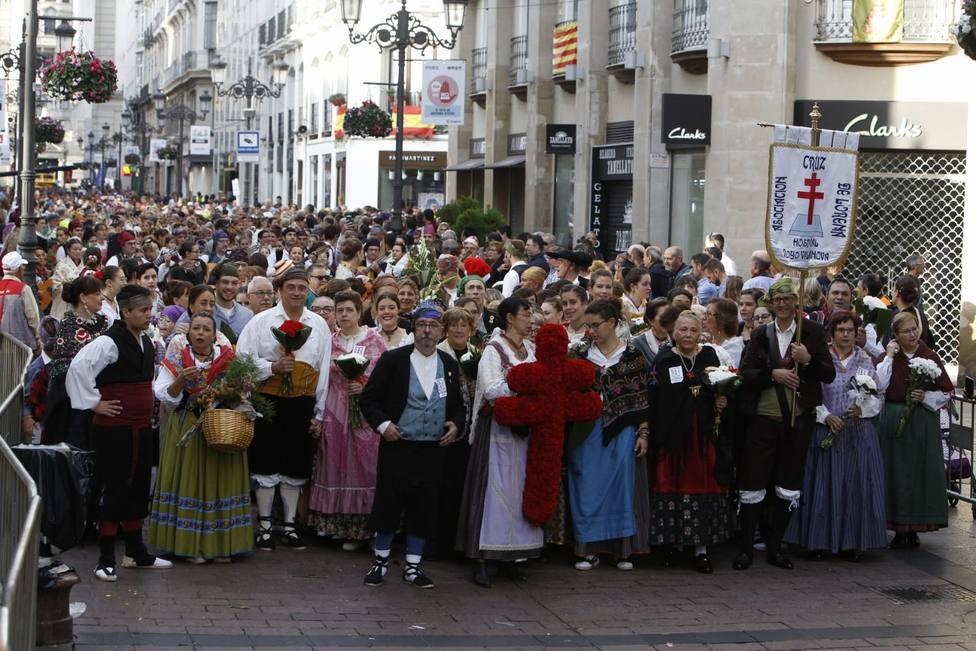 Miles de personas siguen la Ofrenda de Flores a la Virgen del Pilar desde primera hora de la mañana