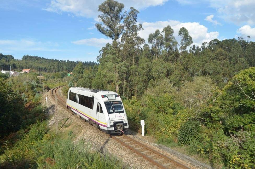 Foto de archivo de un tren de FEVE a su paso por Narón - FOTO: Facebook Feve 2.0