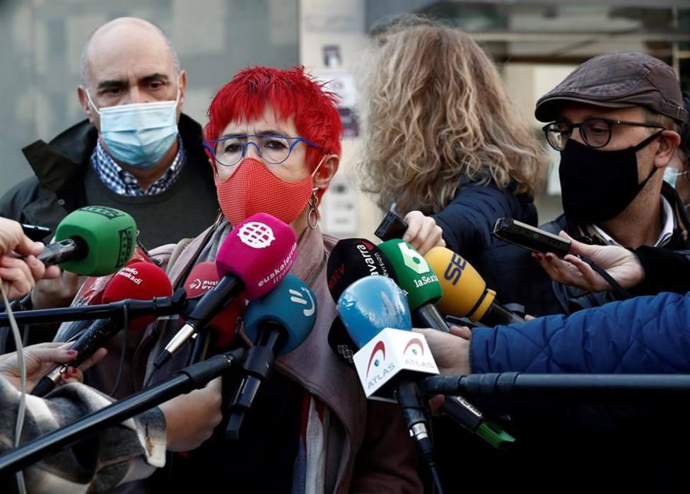 La consejera de Salud de Navarra, Santos Indurain, atiende a los medos de comunicación