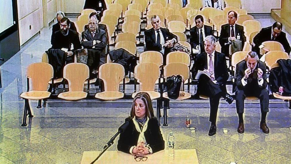 Declaración de Rosalía Iglesias en el juicio, se ve detrás a su marido, Luis Bárcenas