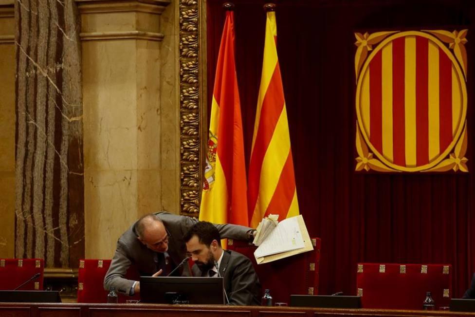 El presidente del Parlament de Cataluña, Roger Torrent acompañado por el letrado Mayor de la cámara, Joan
