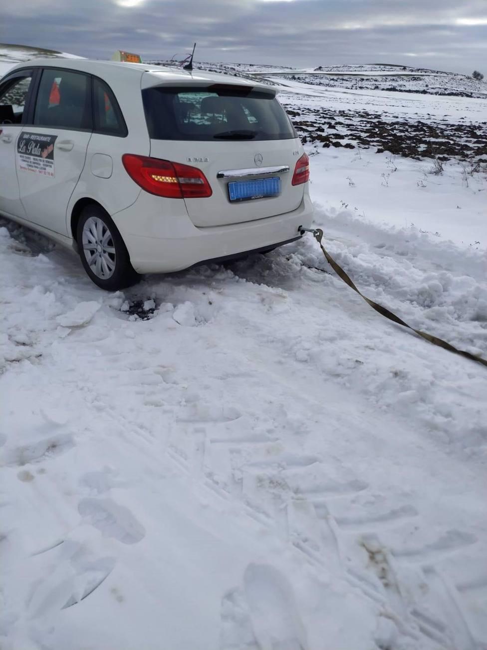 Un taxista quedó atrapado por la nieve en Foncea junto a sanitarios y portando vacunas de la Covid-19