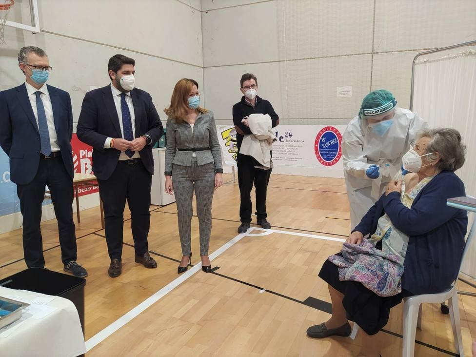 Cartagena inicia la campaña regional de la vacunación para mayores de 80 años