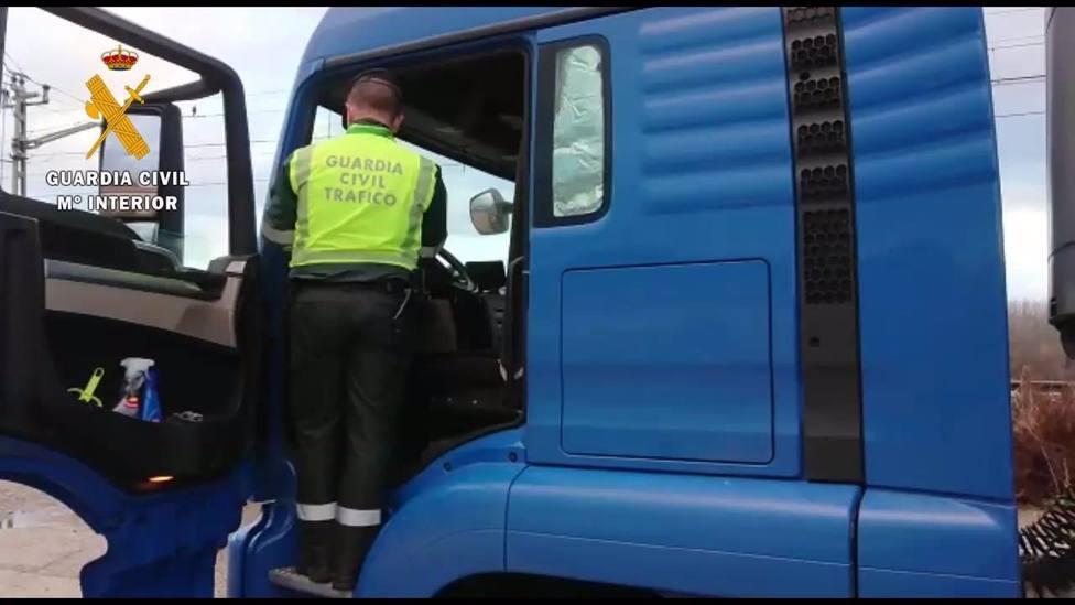 Un agente de la Guardia Civil inspecciona un camión - Archivo