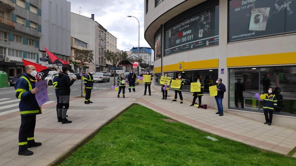 Trabajadores de Correos en Narón a las puertas de la oficina - FOTO: CGT