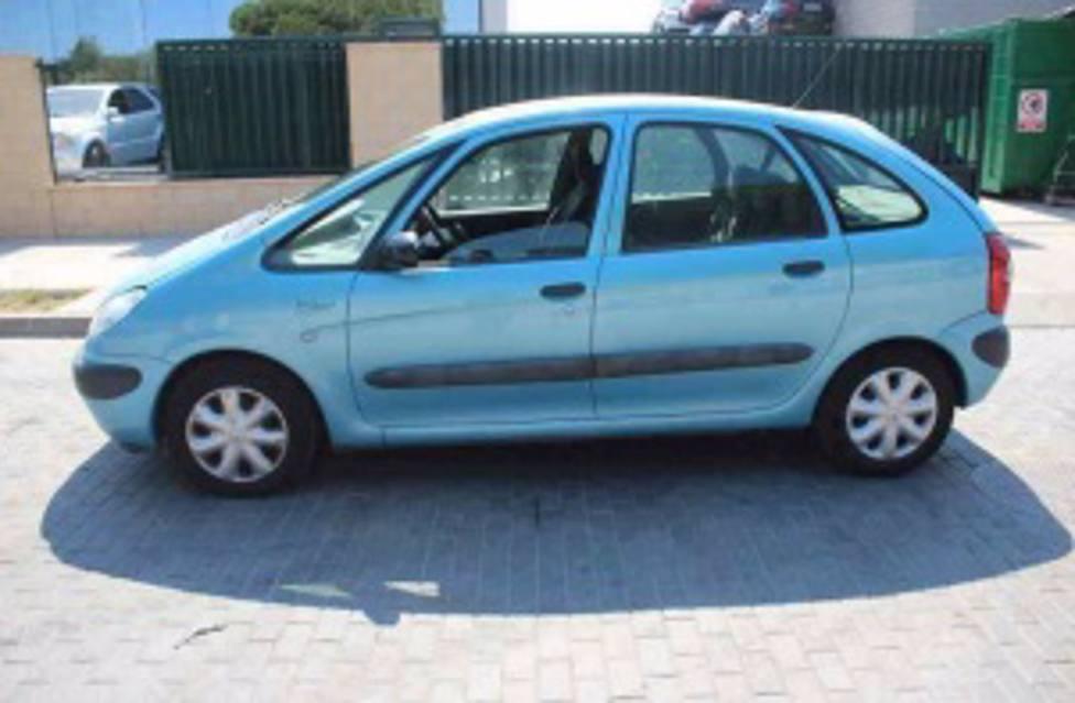 El coche es un Xsara de color azul