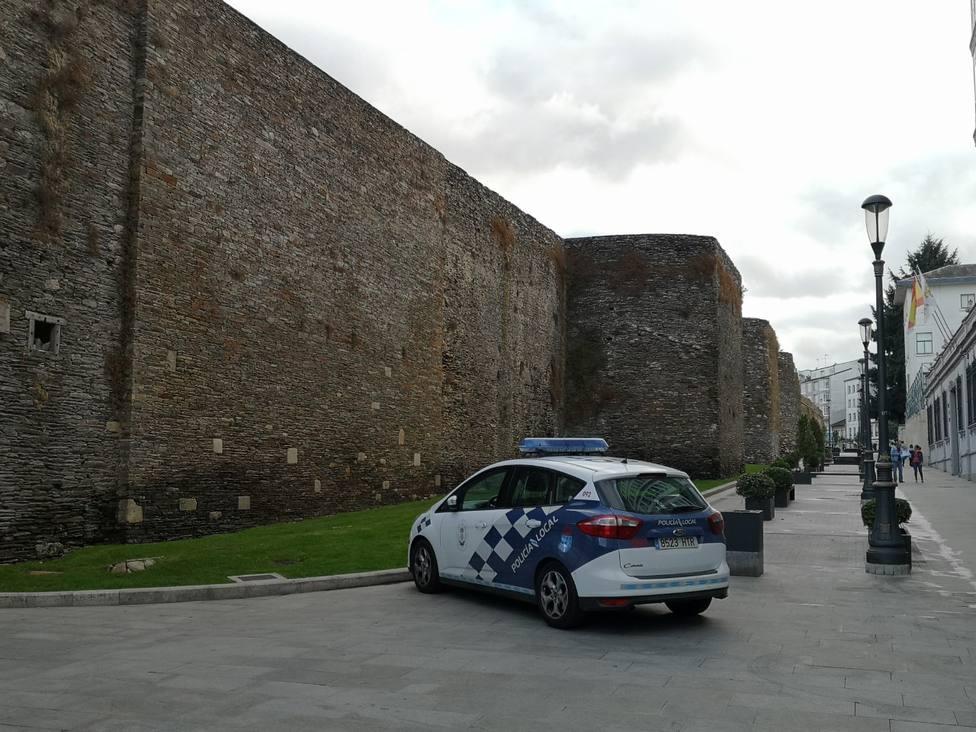 Patrulla de la Policía Local en el tramo peatonal de la Ronda da Muralla
