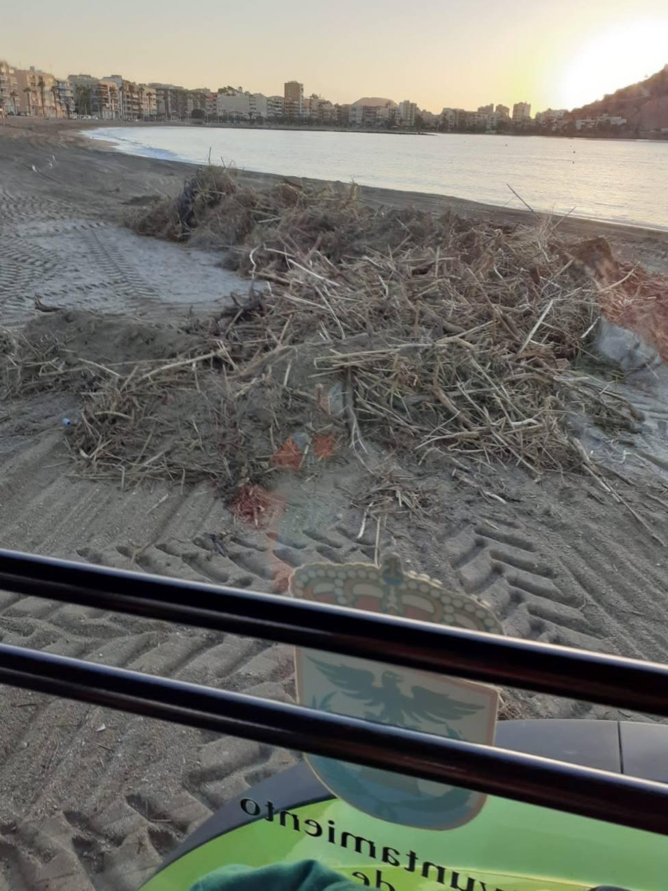 Las playas se recuperan lentamente tras los destrozos de las lluvias de la pasada semana