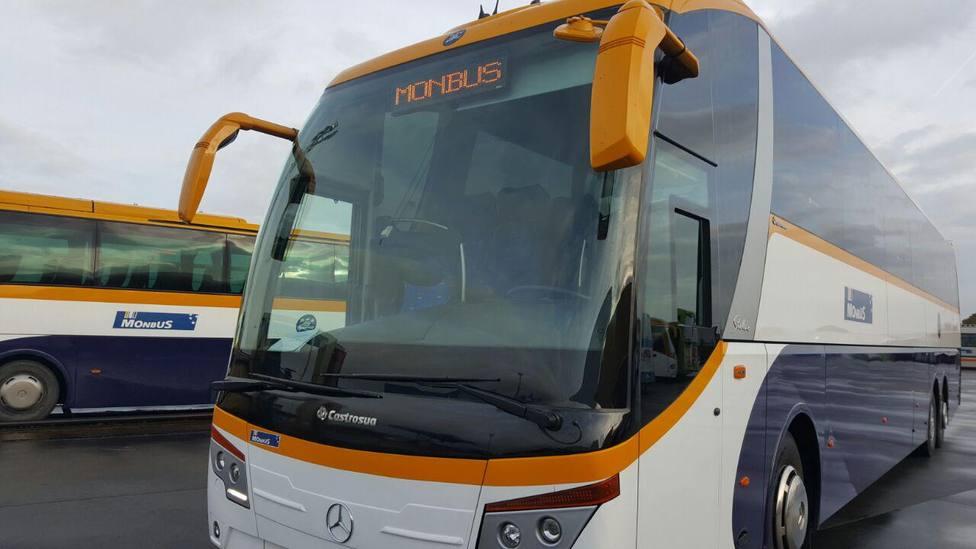 Foto de archivo de varios autocares de la empresa de transporte - FOTO: Monbus