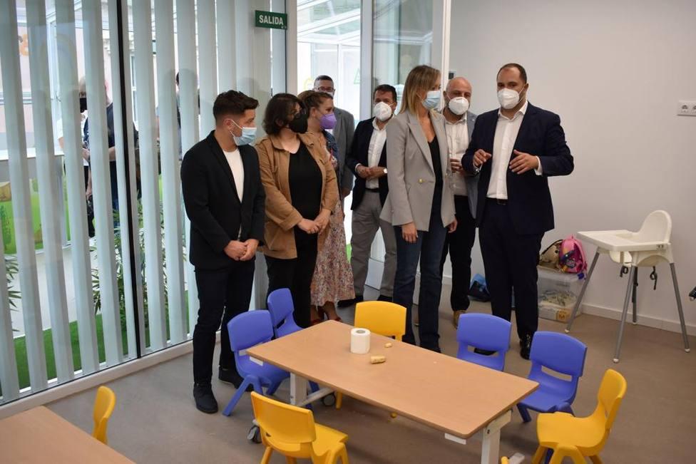 Fabiola García con el alcalde y otros invitados en la escuela infantil - Foto: Concello de Pontedeume