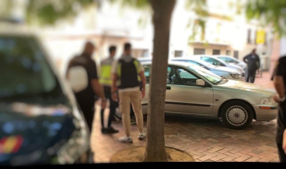 Uno de los detenidos es conducido al juzgado desde la Comisaría de Almendralejo. B. Sánchez (COPE)