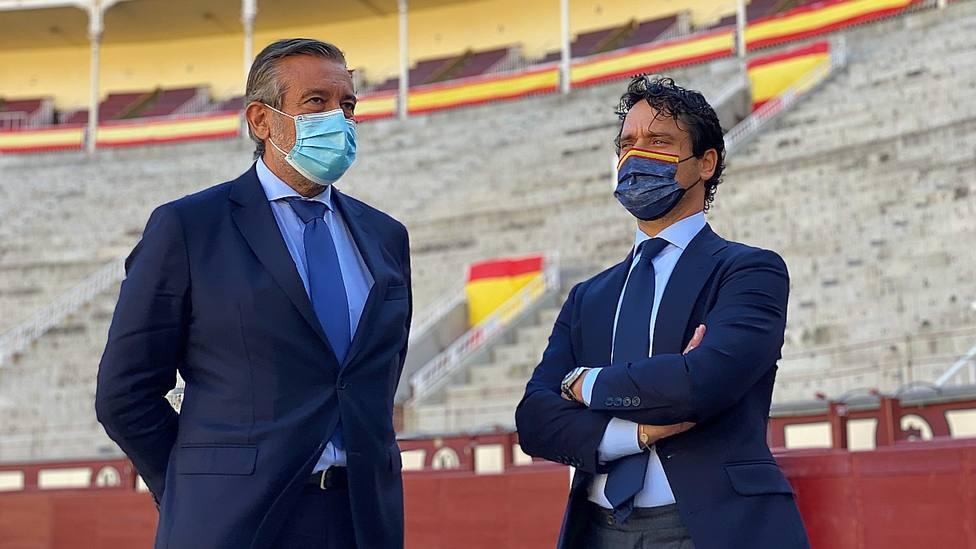 Enrique López y Miguel Abellán en el ruedo de la plaza de toros de Las Ventas