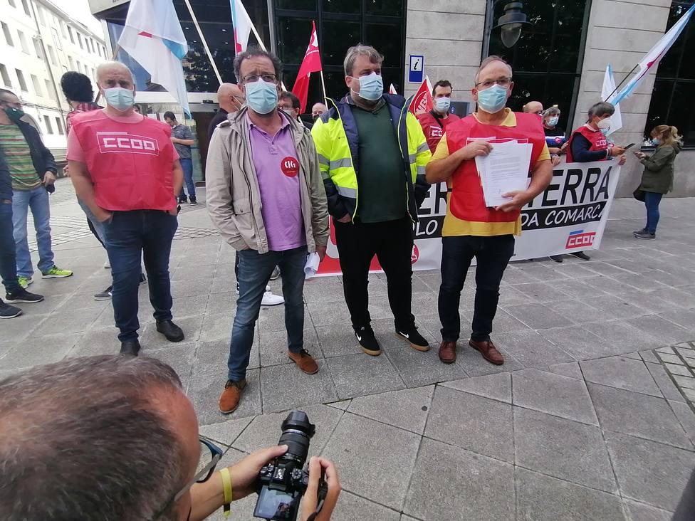 Los secretarios comarcales con la petición de reunión antes de su registro en la plaza de España