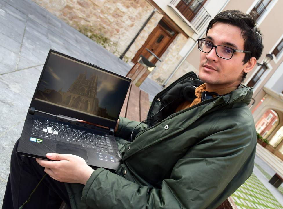 Gabriel García, que a partir del videojuego Minecraft ha hecho una réplica de la Catedral de Burgos