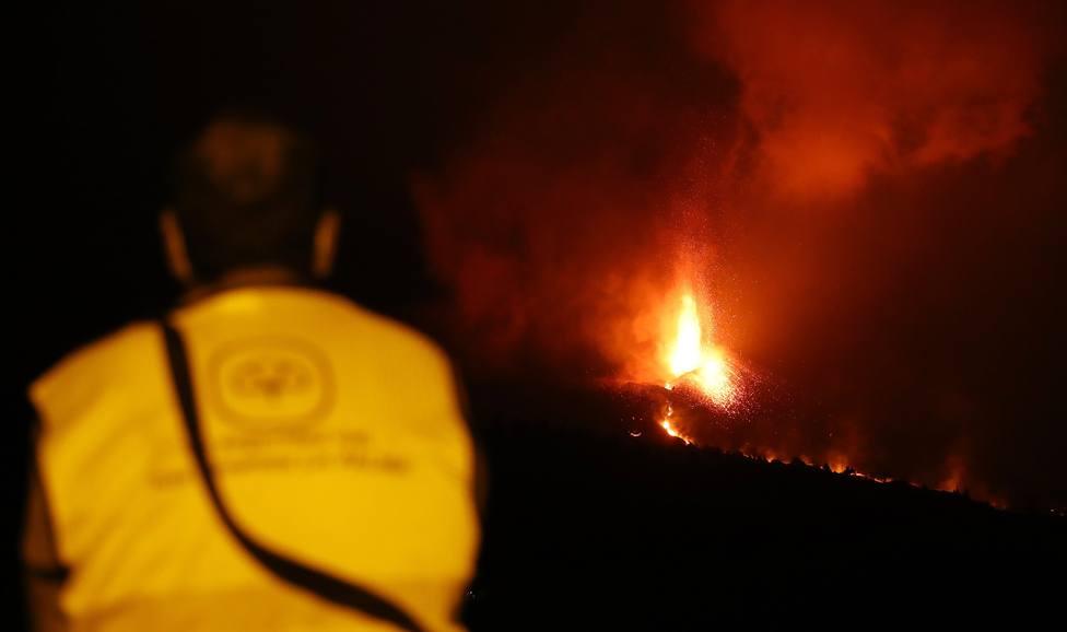 Confinan a casi 3.000 personas en La Palma por la emisión de gases al llegar la lava a una fábrica de cemento