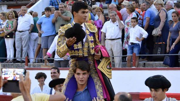 Francisco de Manuel en su salida a hombros en la novillada celebrada en Colmenar Viejo