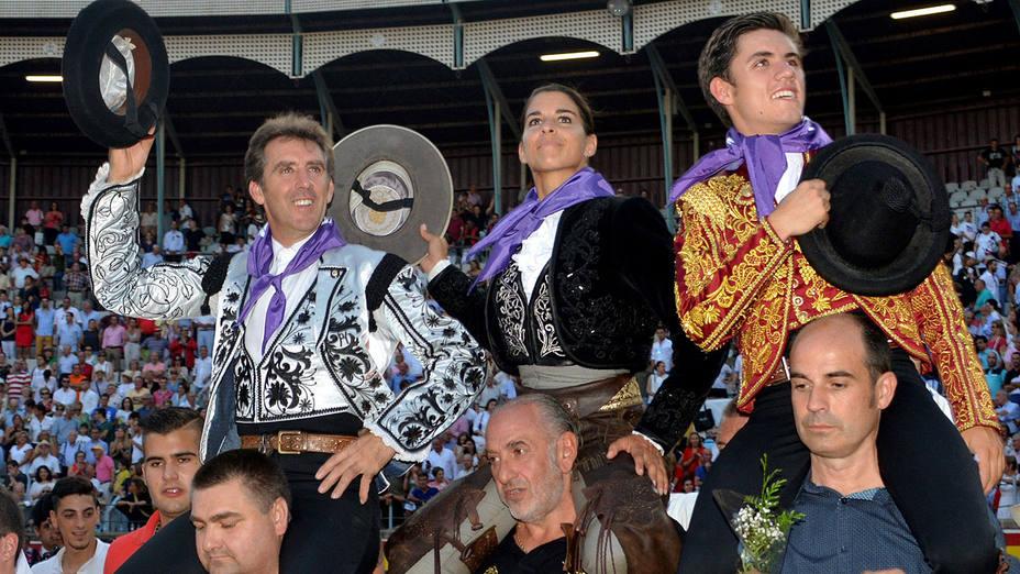 Pablo Hermoso, Lea Vicens y Guillermo Hermoso, en su salida a hombros en Palencia