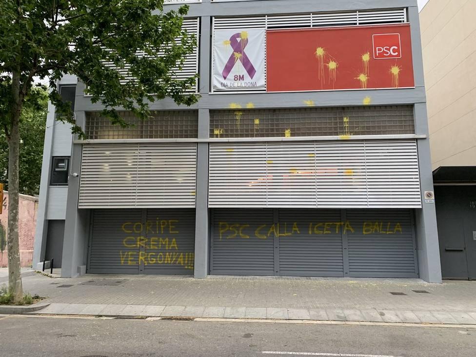 La sede del PSC amanece con pintadas amarillas y referencias a Coripe, donde quemaron un muñeco de Puigdemont