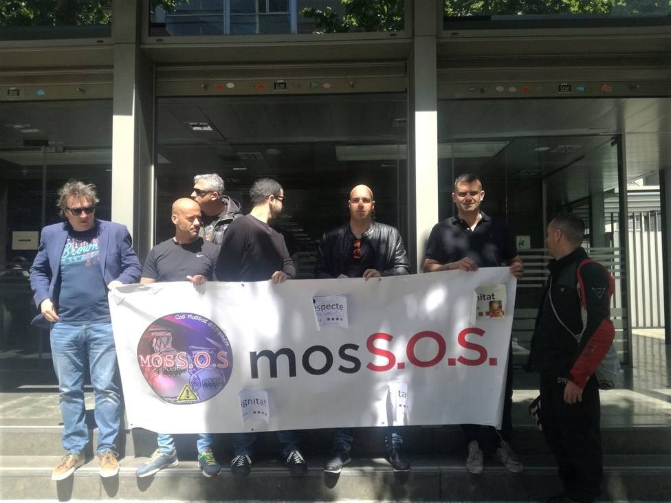 Sindicalistas de Mossos se concentran en la Conselleria de Interior pidiendo negociar