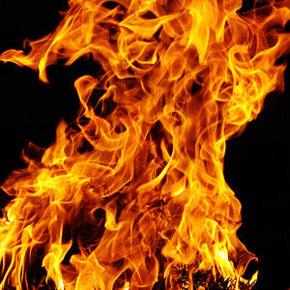 Un incendio calcina un alpendre lleno de maquinaria agrícola e hierba en Baralla
