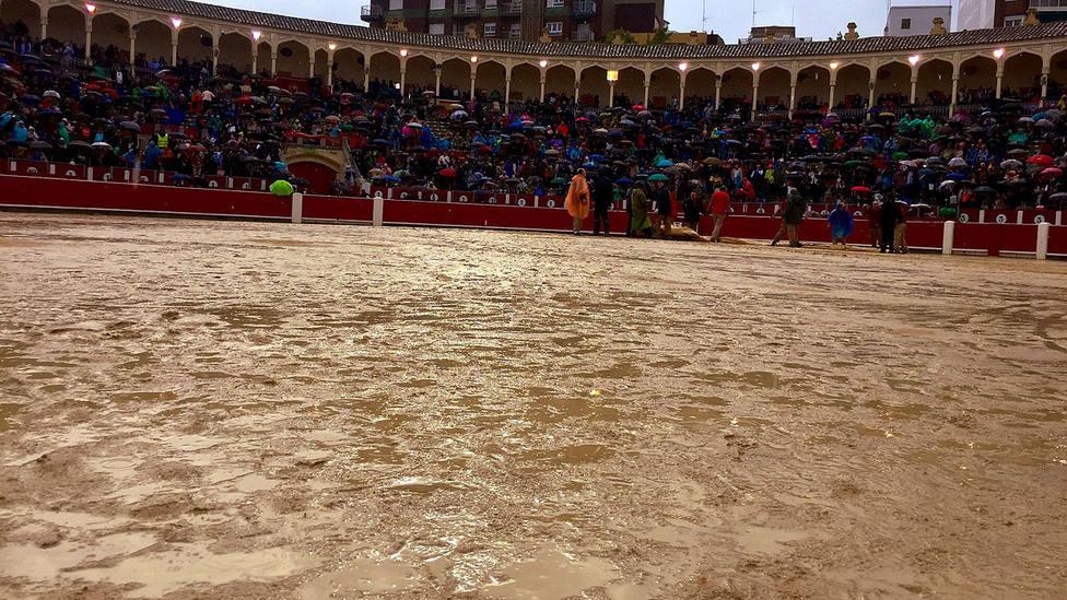 Estado del ruedo de la plaza de toros de Albacete minutos antes de la suspensión del festejo
