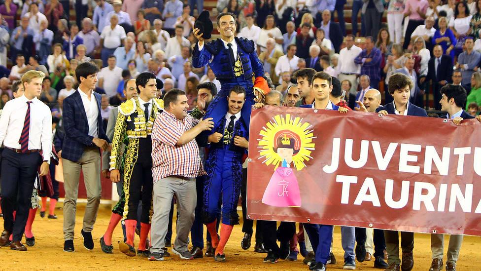 El Cid en su salida a hombros este sábado de la plaza de toros de Zaragoza