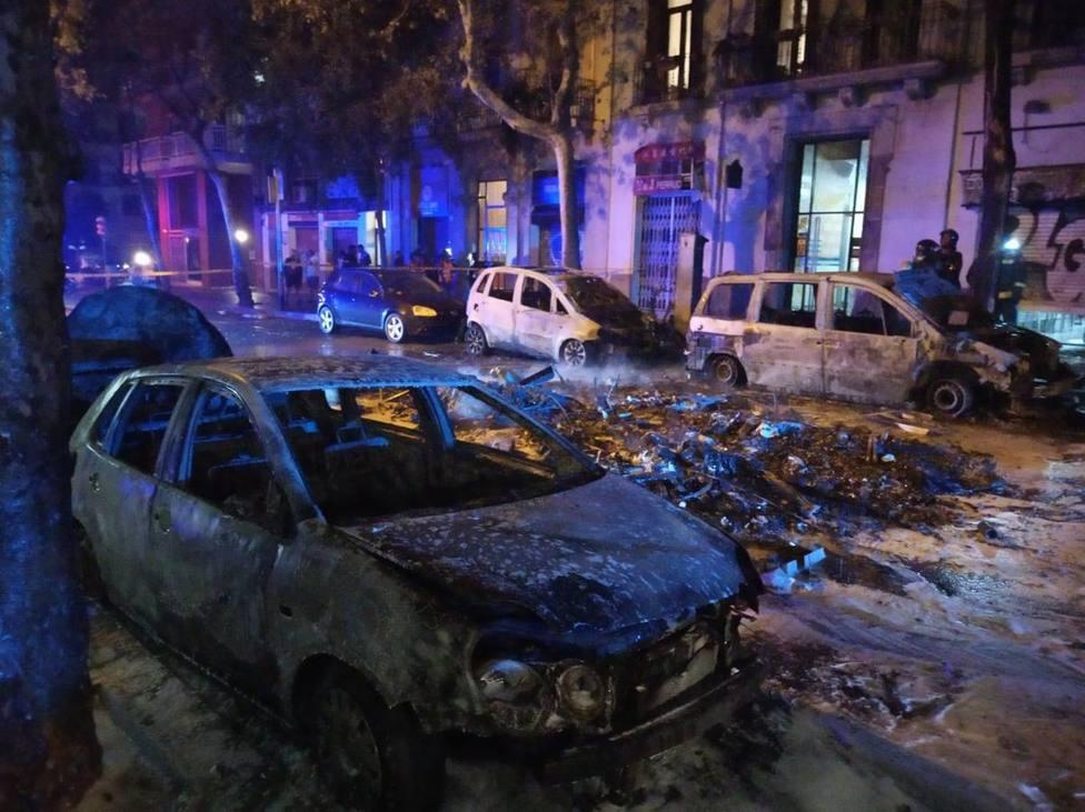 Coche quemado por los disturbios en Barcelona