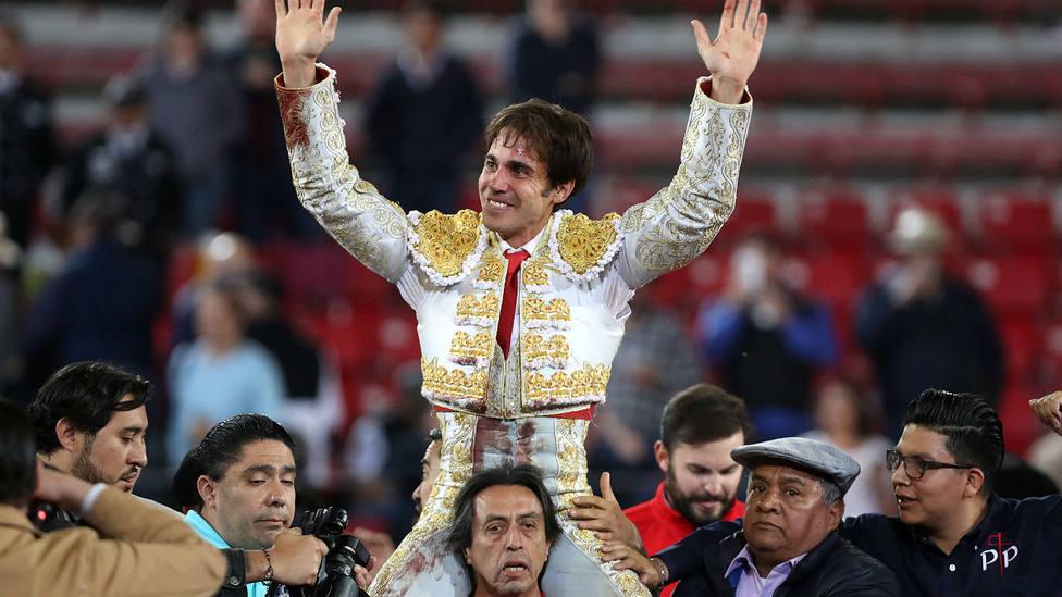 José Mauricio en su salida a hombros a hombros este domingo en la Monumental de México