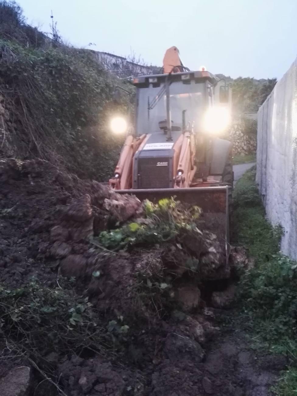 El Ayuntamiento retira los restos de un desprendimiento