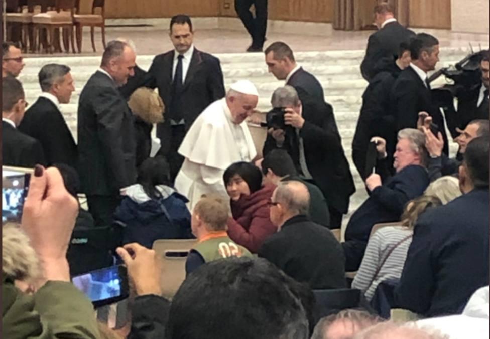El mágico momento en el que el Papa Francisco saluda a los alumnos del Máster COPE de Radio
