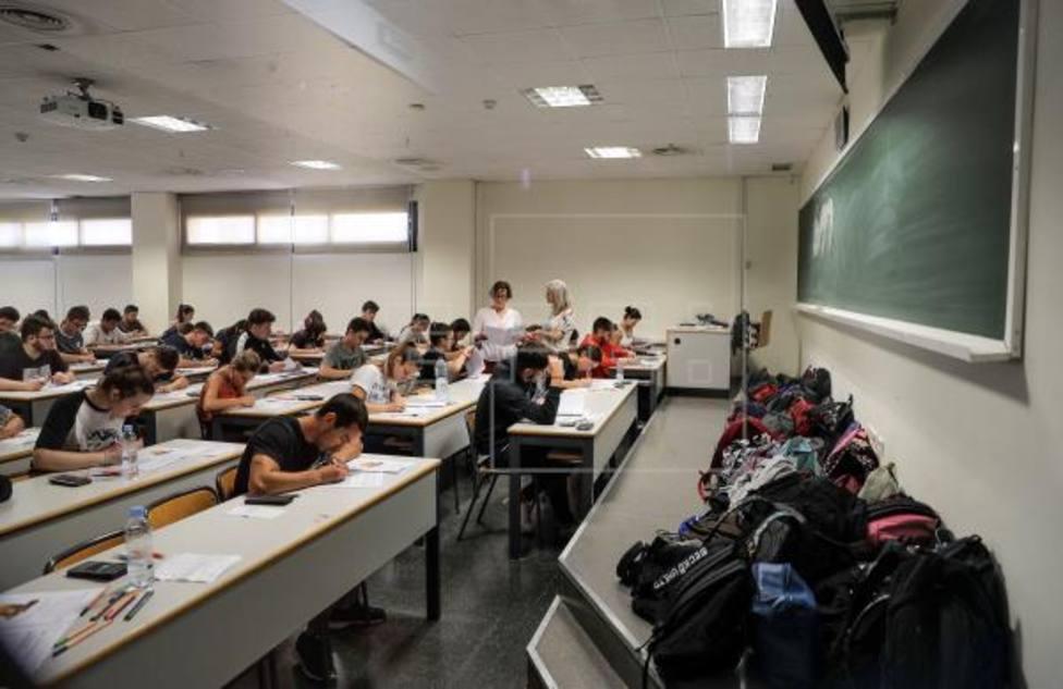 Alumnos en pleno examen de selectividad (archivo)