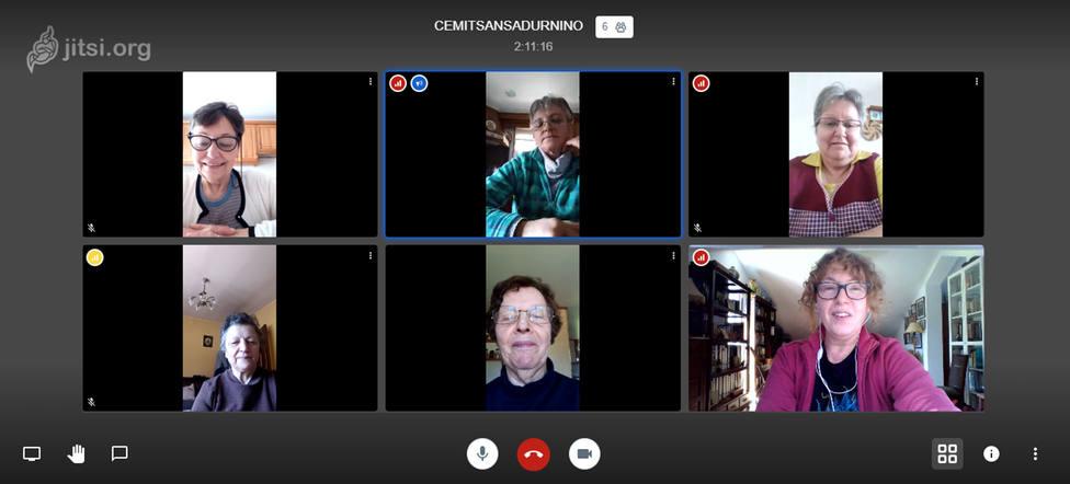 FOTO: César Galdo. Videoconferencia entre mujeres de San Sadurniño