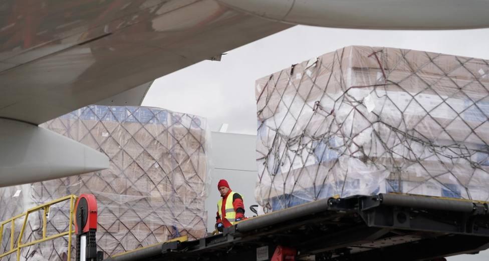Llega a Barajas un avión con 102 toneladas de material sanitario de protección para los hospitales de Madrid