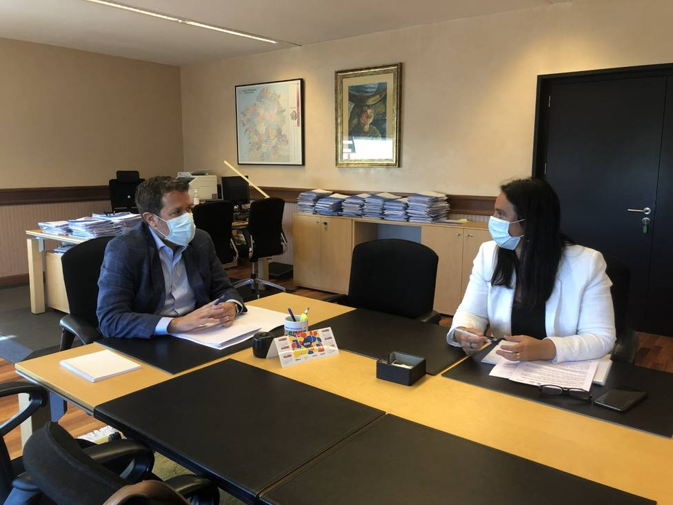 La concejal de Bienestar Social se reunió con el gerente del organismo - FOTO: Concello Ferrol