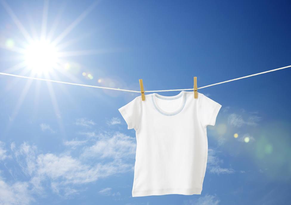 Lo que nunca debes hacer si blanqueas tu ropa al sol