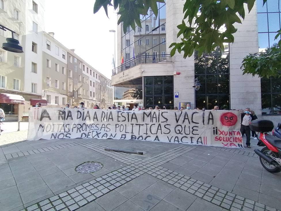 Concentración ante el edificio administrtivo de la Xunta en Ferrol por parte de los mariscadores