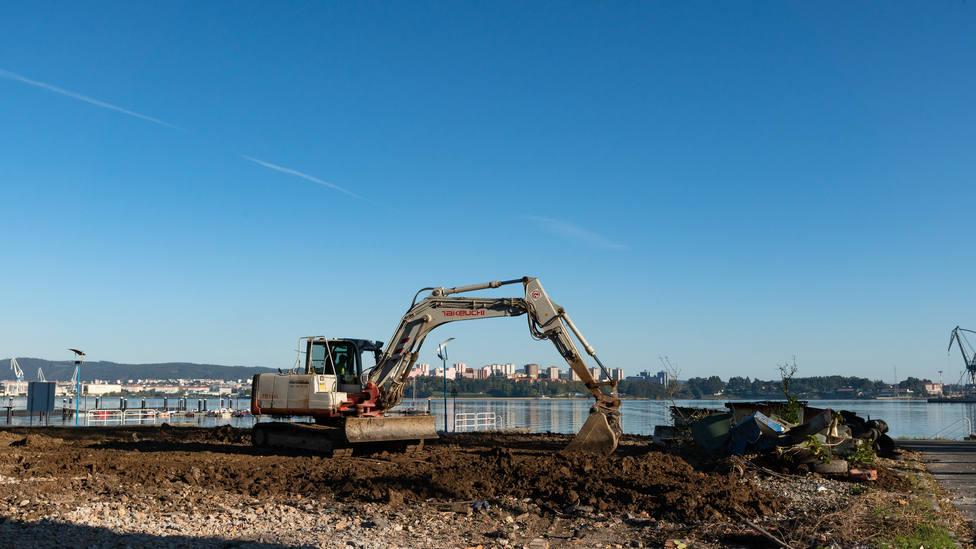 Trabajos de demolición de la antigua nave en el lugar de Carril, en Barallobre - FOTO: César Galdo