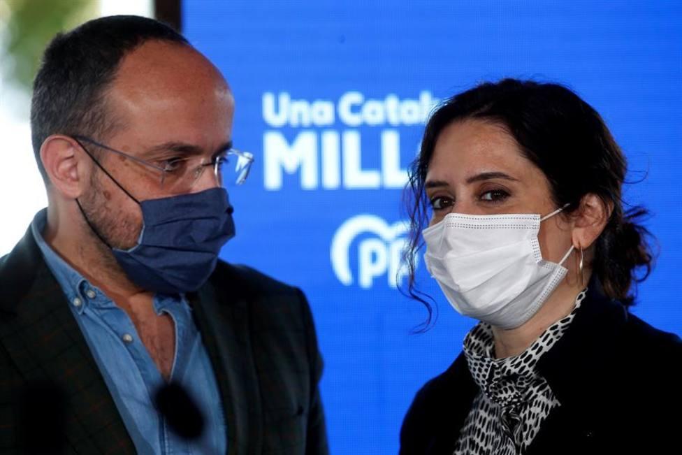 La presidenta de la Comunidad de Madrid, Isabel Díaz Ayuso junto al candidato del PPC Alejandro Fernández
