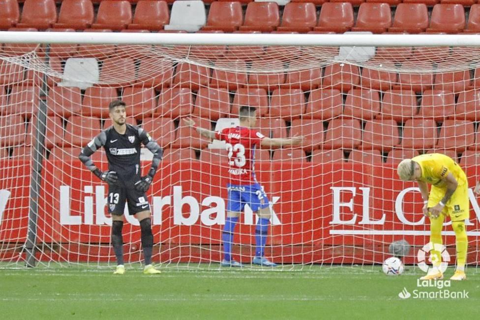 Djuka celebra el único gol ante Dani Barrio y Josua.