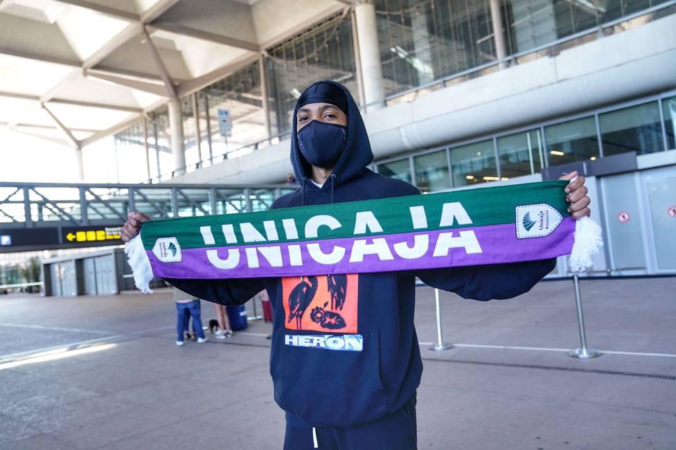 Malcolm Thomas posa con la bufanda de Unicaja en el aeropuerto malagueño.