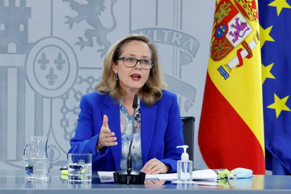 La vicepresidenta de Asuntos Económicos, Nadia Calviño, da una rueda de prensa tras la reunión extraordinaria