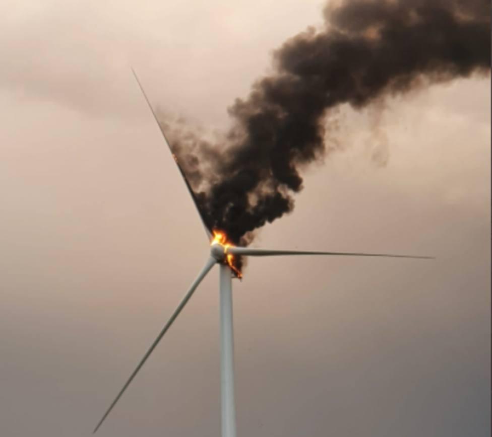 El aerogenerador en llamas fotografiado por agricultores de la zona