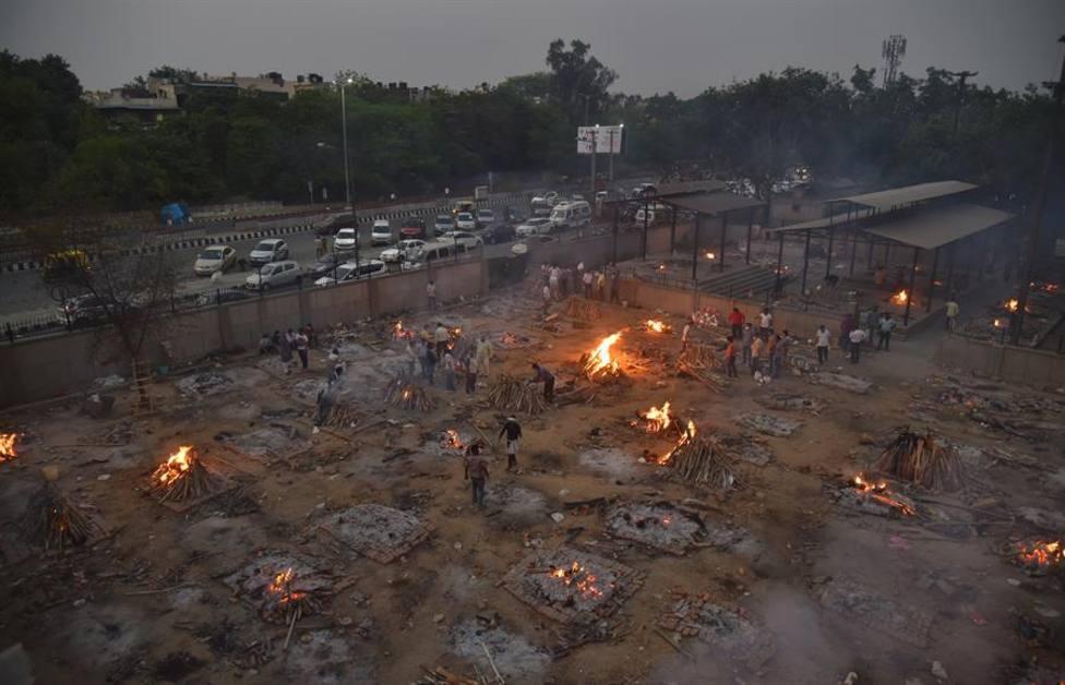Una imagen de las piras funerarias improvisadas en la India