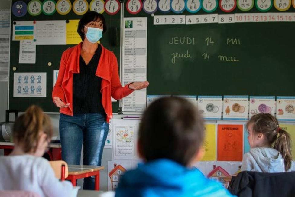 Docente dando clase con mascarilla. Foto: David Vincent / Associated Press