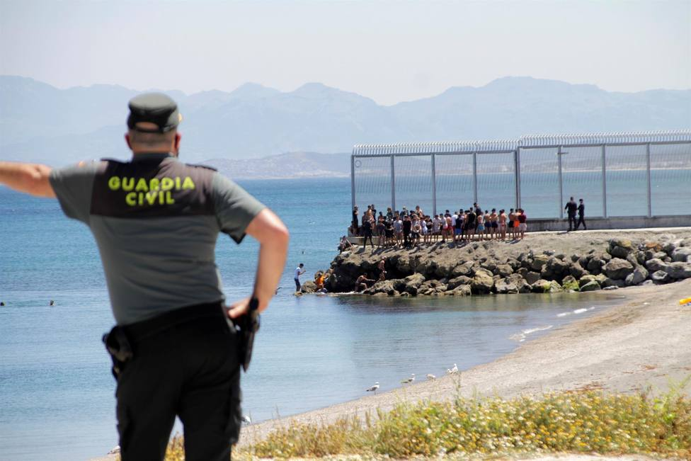 Ceuta, desbordada por la llegada masiva de marroquíes, buena parte de ellos menores de edad