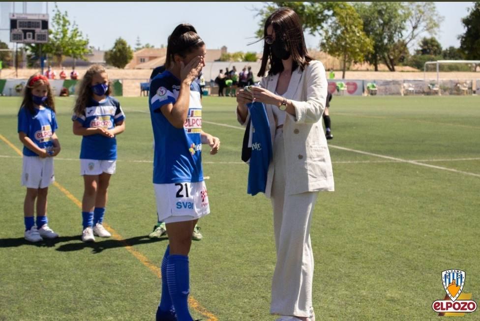 Ana López recibe el cariño del Alhama Féminas