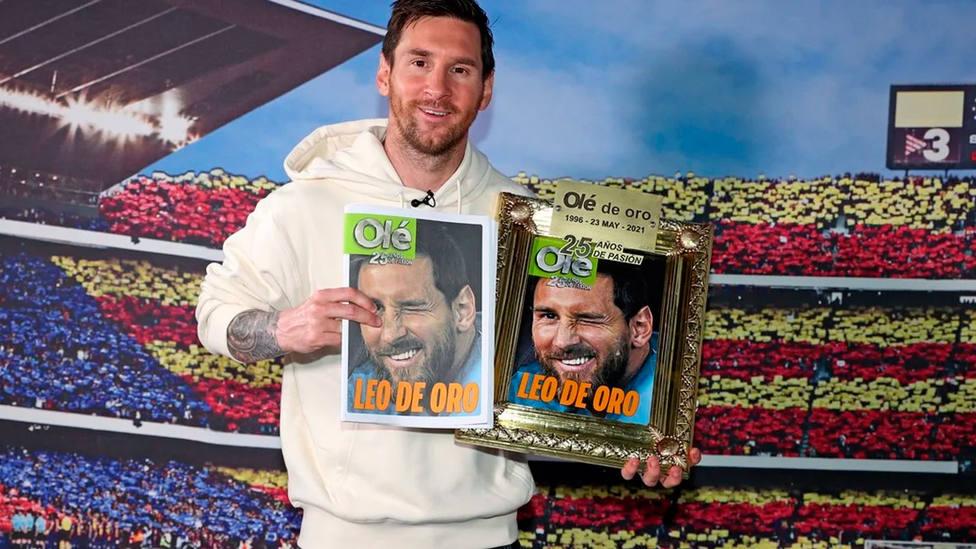 Leo Messi, con el diario Olé, tras la entrevista concedida por el 25 aniversario del diario argentino