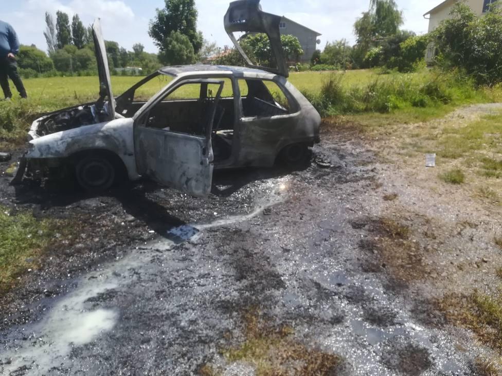 El vehículo acabó completamente calcinado - FOTO: GES Mugardos