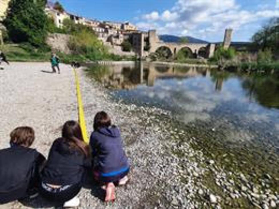 Alumnos de primero de ESO del Institut Salvador Vilarrasa de Besalú (Girona) recogen plásticos en el marco del