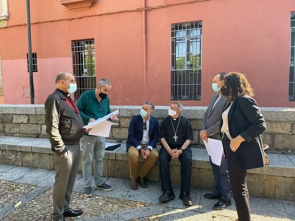 ctv-zlg-obispo-de-plasencia-alcalde-y-acompaantes-revisan-el-proyecto-de-obras-en-la-plaza-de-la-catedral